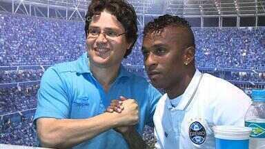 Grêmio apresenta Miller Bolaños como novo reforço - Torcedores estiveram presenter para receber jogador.