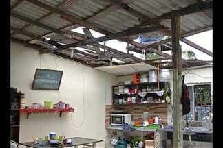 Moradores do bairro da Cabanagem têm as casas destelhadas após forte ventania - O cenário era de destruição na manhã desta sexta-feira (12).