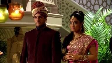Raj e Maya chegam a festa de Shivani - A anfitriã puxa assunto com o casal