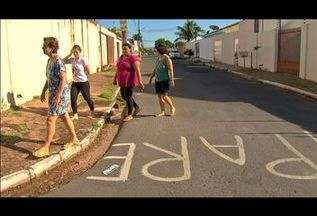Moradores pintam 'pare' em rua sem sinalização - Moradores pintam 'pare' em rua sem sinalização