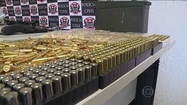Colecionador é preso com munição e armas de uso exclusivo do exército - A polícia vai pedir a cassação da licença desse colecionador e ele vai responder pelo crime de posse de arma e munição de uso restrito.