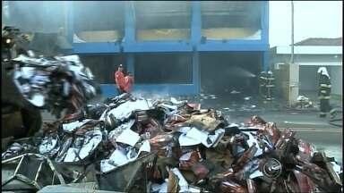 Incêndio atinge depósito e destrói papelaria em Ourinhos - Um incêndio atingiu uma papelaria na avenida Gastão Vidigal, em Ourinhos (SP), por volta das 2h desta sexta-feira (12). Até o início da manhã, o fogo ainda não havia sido totalmente contido. Apenas cinco horas depois os bombeiros apagaram as chamas.