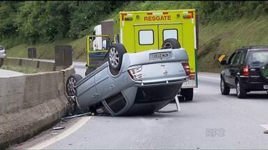 Carro vira depois de bater em rodado de caminhão - Capotamento foi na BR-277, entre Curitiba e o litoral.