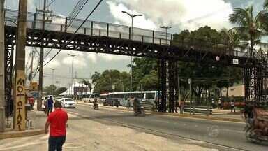Mesmo com passarelas, parte dos pedestre ainda se arrisca na travessia de pista - Na semana passada, pedestre morreu atropelado na Av. Washington Soares, logo abaixo de passarela.