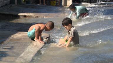 Cano estourado provoca desperdício d'água em avenida de Campina Grande - O caso foi na Avenida Almirante Barroso. Teve gente que até tomou banho no local.