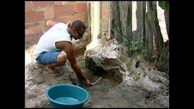 Seca causa falta d'água nos municípios do Norte do Espírito Santo - O distrito de Santa Maria em São Mateus tem problema de abastecimento há semanas, moradores tem que improvisar para conseguir água.