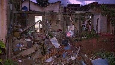 Casa desaba no bairro Industrial em Viana, no Espírito Santo - Chuva de ontem a tarde causou o desastre. A dona da casa tinha saído minutos antes do imóvel desabar, porque sentiu que algo estava errado.