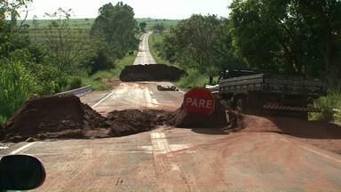 Motoristas furam bloqueio na ponte interditada na PR-496 - A ponte que foi danificada com as chuvas fica entre São João do Caiuá e Paranacity.