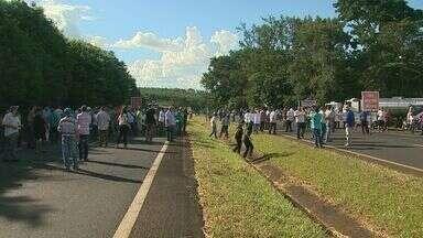 Protesto contra pedágio deixa rodovia parada por 1h em Patrocínio Paulista, SP - Manifestantes são contra projeto do Governo de SP que estuda a construção de novas praças de pedágio na região.