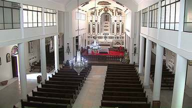Igreja de Castro é reformada com auxílio da comunidade - Fiéis ajudaram com doações. Reforma também preservou itens da história.
