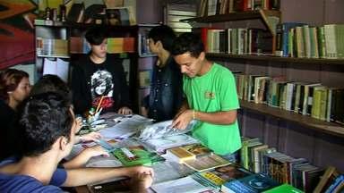 Grupo de voluntários criou espaço pra empréstimo de livros... - ... de graça!