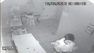 Homem invade ótica, rouba mercadorias e bebe água em Belo Horizonte; veja flagrante - As imagens foram gravadas pelas câmeras de segurança da loja.