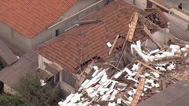 Prédio em construção e embargado por falta de projeto desaba em Belo Horizonte - No local, não há informações sobre os responsáveis técnicos da obra. Um operário ficou ferido.