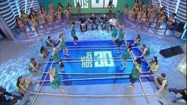 Dançarinos fazem a 'Dança do Bambu' no 'Se Vira nos 30' - Grupo abriu os trabalhos no palco do 'Domingão'