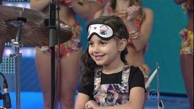 Menina de 6 anos toca bateria de olhos vendados no 'Se Vira nos 30' - Duda é de Joinville e foi aplaudida de pé