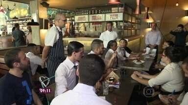 Conheça os bastidores da preparação para a abertura de um grande restaurante em São Paulo - Fabrício Battaglini mostra como é o treinamento que precede a inauguração da casa, que tem unidades em 48 países. O repórter conversa também com o especialista em carreiras Renato Grinberg
