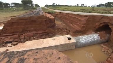 Represa se rompe em fazenda de Goiás e interdita rodovia - A força da água destruiu a área de preservação num trecho de 20 km abaixo da represa. Várias propriedades foram atingidas.