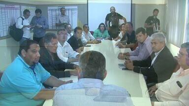 Reunião entre taxista e secretário de segurança define medidas de proteção à categoria - Após o assassinato de um taxista no fim de semana, representantes da categoria se reuniram com o secretário para debater propostas de segurança