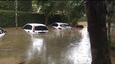 Chuva forte provoca estragos em Curitiba - A chuva rápida e forte desta segunda-feira (22) alagou ruas, casas, lojas e carros na capital.
