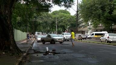 Irmãos protestam contra buracos na rua e parte do problema é resolvido - A manifestação no fim da tarde de segunda na avenida República Argentina gerou confusão. Mas hoje de manhã dois buracos da avenida foram consertados.
