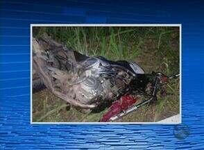 Acidente entre um carro e uma moto deixa um morto na BR-104, em Cupira - Na colisão, o piloto da moto, um homem de 52 anos, morreu no local.