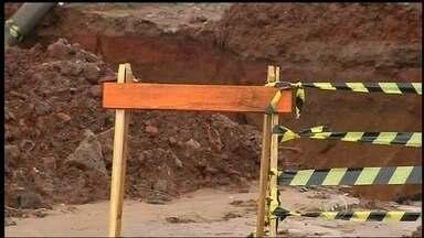 Erosão ameaça linha férrea de Botucatu - Um enorme buraco tomou conta de um poste e está ameaçando tomar a linha férrea da cidade de Botucatu (SP).