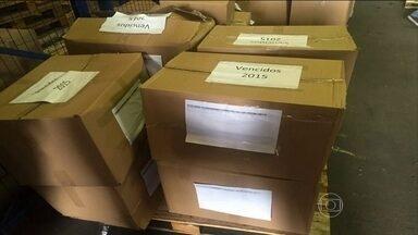 Trezentas toneladas de remédios e materiais médicos vencem e vão parar no lixo no RJ - O material que poderia ter sido utilizado por pacientes do SUS está fora do prazo de validade. Eles estão armazenados na central de medicamentos da Secretaria Estadual de Saúde.