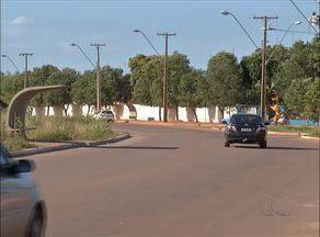 Moradores reclamam da falta de sinalização na avenida entre as quadras 405 e 407 Norte - Moradores reclamam da falta de sinalização na avenida entre as quadras 405 e 407 Norte
