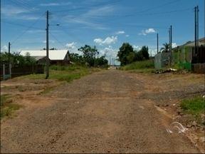 Rua é asfaltada pela metade no bairro Xangri-lá em Passo Fundo, RS - Moradores reclamaram do fato