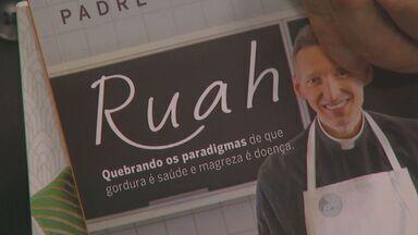 Padre Marcelo Rossi lança livro 'Ruah' em shopping de Limeira, SP - Fiéis se emocionaram durante evento; padre também visitou a EPTV Campinas, afiliada da TV Globo, na manhã desta terça-feira (23).