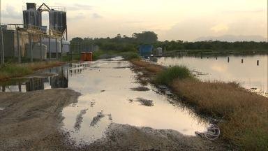 Vazamentos de chorume do Aterro de Gramacho atingem mangue e Baía de Guanabara - Técnicos do INEA denunciaram os vazamentos como crime ambiental