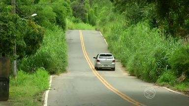 Motoristas reclamam de mato alto na RJ-131, que liga Paraíba do Sul a Vassouras - Segundo eles, muitas placas de sinalização já estão encobertas por falta de capina.
