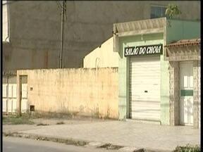 Polícia procura suspeito de matar cabeleireiro em Valadares - Vítima foi surpreendido quando fazia o corte de cabelo de um cliente.