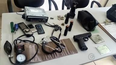 Homem é preso suspeito de praticar roubos a veículos em Rio Preto - Um homem de 34 anos foi preso suspeito de estar envolvido em vários roubos de veículos em São José do Rio Preto (SP). Depois de receber uma denúncia anônima, os policiais foram até um motel no Jardim Paraíso e encontraram o homem armado com um revólver.