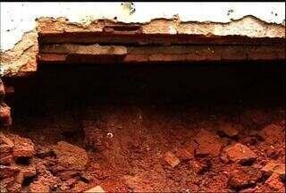 Ligação clandestina de água derruba parede de casa em Juazeiro do Norte - Mulher estava tomando banho quando parede começou a cair.