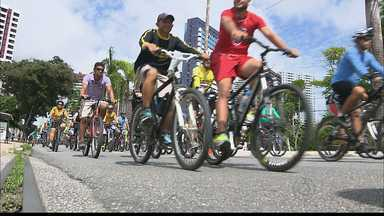 """Grupo de dois mil ciclistas participam do passeio """"Vou de Bike"""" em João Pessoa - Ideia era chamar a atenção da """"bike"""" como meio de transporte e levou uma multidão de ciclistas para a principal avenida da cidade."""