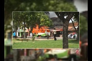 Ônibus pega fogo no bairro de Val de Cans, em Belém - Chamas chegaram a atingir a frente de residências no bairro.Ninguém ficou ferido em incidente no fim da manhã desta segunda-feira, 29.