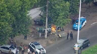 Perseguição policial termina em acidente na Zona Oeste do Rio - A perseguição começou no Recreio dos Bandeirantes, houve intensa troca de tiros com os policiais e terminou com um acidente na Estrada dos Bandeirantes. Dois criminosos morreram. O trânsito é complicado no local.