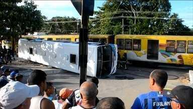 Acidente entre trem e ônibus deixa quatro mortos e nove feridos na Paraíba - A polícia investiga por que o ônibus não conseguiu sair da linha férrea, quando o trem se aproximou. No local, havia sinalização, mas não tem cancela.
