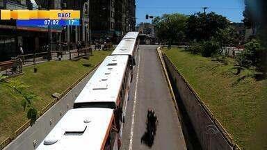 Motoristas de ônibus paralisam trabalho por melhores salários em Santa Maria, RS - Assista ao vídeo.