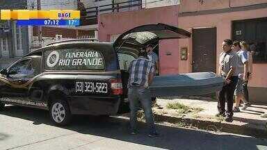 Homem é preso acusado de matar companheira e enterrar corpo no pátio em Rio Grande, RS - Assista ao vídeo.