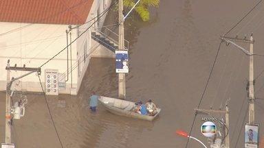 Condomínio de Itapuaçu está debaixo d'água após chuvas - O condomínio habitacional faz parte do Programa Minha Casa, Minha Vida. Moradores têm que usar barco para sair de casa.