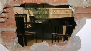 Bandidos assaltam joalheria em Ipanema - Primeiro, os ladrões arrombaram uma loja ao lado, que está vazia. Lá dentro, fizeram um buraco na parede para conseguir entrar na joalheria. Os criminosos levaram relógios, bolsas, joias e anéis.