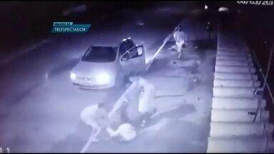 Imagens flagram ação covarde de três ladrões de carro na QC-2, em Santa Maria - Três bandidos espancaram um motorista e roubaram o carro. As cenas de brutalidade e profunda covardia aconteceram no domingo (6).