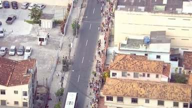 Duas mil pessoas fazem fila por emprego em Madureira - Candidatos disputam 700 vagas de nível médio