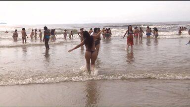 Mulheres comemoram o 8 de Março na praia - Um grupo de empregadas domésticas viu o mar de perto pela primeira vez.