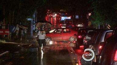Tempestade nesta segunda-feira causa prejuízos na zona norte de São José - A estrada SP-50 ficou interditada por quedas de barreira.