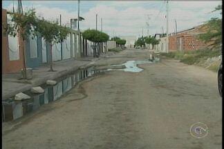 No Loteamento Bela Vista, em Petrolina, o esgoto corre livre pela rua há um mês - O problema segue sem nenhuma solução.