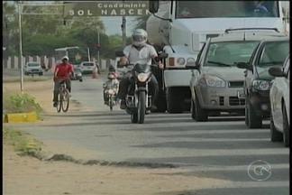 Apressados, motociclistas estão cometendo infrações de trânsito em Petrolina - Os apressadinhos que transitam pelo acostamento ou pela faixa exclusiva de ônibus estão sujeitos a multa e a pontuação na carteira.