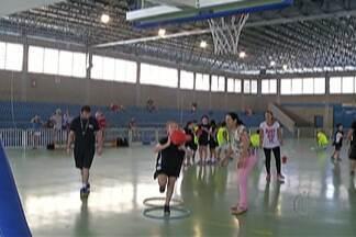 Filipin cria projeto de basquete para crianças em escola de Mogi das Cruzes - O capitão do Mogi Basquete dará aulas para as crianças junto com outros professores.